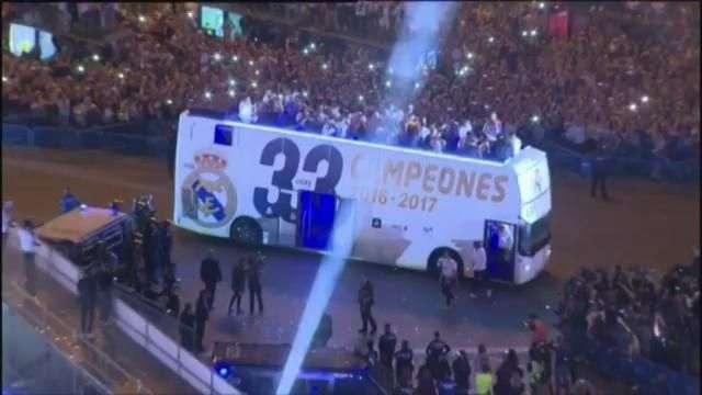 El Real Madrid celebra la Liga ante miles de aficionados madridistas en Cibeles