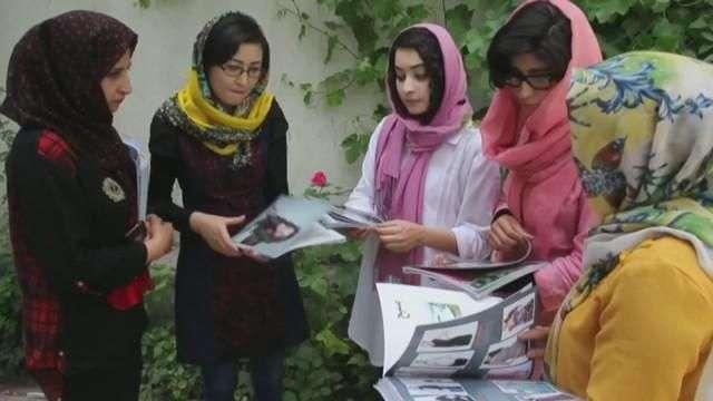 Una revista de mujeres da color al relato que tiñe de negro Afganistán