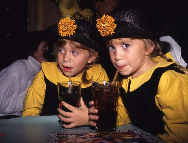 "Mary-Kate Olsen and Ashley Olsen, aún eran las estrellas de la exitosa serie de televisión ""Full House"" a sus 5 años. Foto: Getty Images"