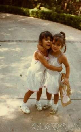 Kourtney Kardashian y Kim Kardashian tan inseparables como siempre. Foto: Twitter