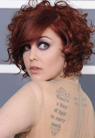 La cantante  Anna Nalick luce un tatuaje al estilo de Angelina Jolie y Megan Fox. Foto: Getty Images