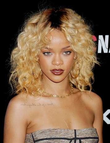Rihanna tiene varios tatuaje aquí la leyenda de en frente. Foto: Getty Images