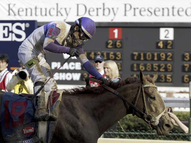 El jinete Mario Gutiérrez conduce a I'll Have Another a la victoria en la edición 138 del Kentucky Derby el sábado 5 de mayo de 2012 en Louisville.  Foto: Mark Humphrey / AP
