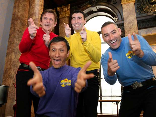 En esta foto de archivo del 28 de junio del 2006, los Wiggles _Murray Cook (Wiggle Rojo), Greg Page (Wiggle Amarillo), Jeff Fatt (Wiggle Morado) y Anthony Field (Wiggle Azul)_ se presentan en Londres. Tres miembros del popular cuarteto de música infantil colgarán sus coloridos trajes para dejar este año a la banda australiana. El Wiggle Azul será el único de los miembros originales que quede, se anunció el jueves 17 de mayo del 2012.  Foto: Christopher Pledger, Archivo / AP