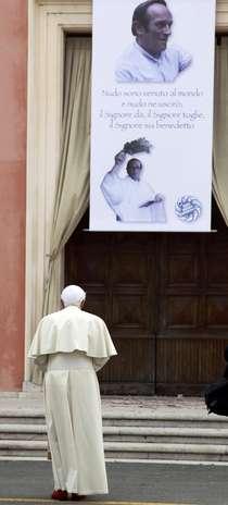 """El papa Benedicto XVI visitó hoy la zona de la región italiana de Emilia Romagna afectada por los terremotos del pasado mayo, que causaron 26 muertos y 350 heridos, y exhortó a sus habitantes a afrontar con determinación la reconstrucción y a las autoridades a prestar toda la ayuda. Benedicto XVI recorrió hoy la zona siniestrada los dos grandes temblores del 20 y 29 de mayo, de 5,8 y 5,9 grados de la escala Richter, respectivamente, y afirmó a las miles de personas que le recibieron en la localidad de Rovereto di Novi, en la provincia de Módena, que desde el primer momento quiso estar entre ellos para """"consolarles, animarles y apoyarles"""". Foto: REUTERS"""