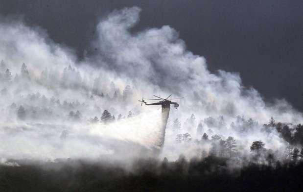 Cuadrillas de bomberos trataban de salvar del fuego una academia de la Fuerza Aérea estadounidense, mientras miles de residentes clamaban por conocer la suerte que corrieron sus viviendas el miércoles después que una noche de horror obligó a la evacuación del área a causa de un voraz incendio forestal que arrasaba partes de Colorado Springs. Foto: REUTERS