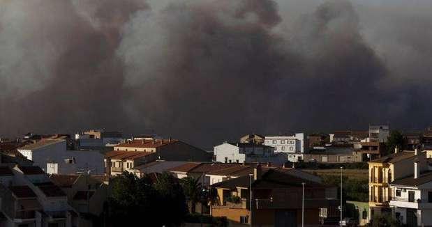 Una espesa nube de humo y cenizas cubre Valencia. Foto: AFP