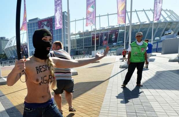 Una de ellas llevaba una peluca y un bigote falso con el objetivo de parecerse al presidente bielorruso, alejado de Europa a causa de los atentados contra la libertad en su país. Foto: AFP