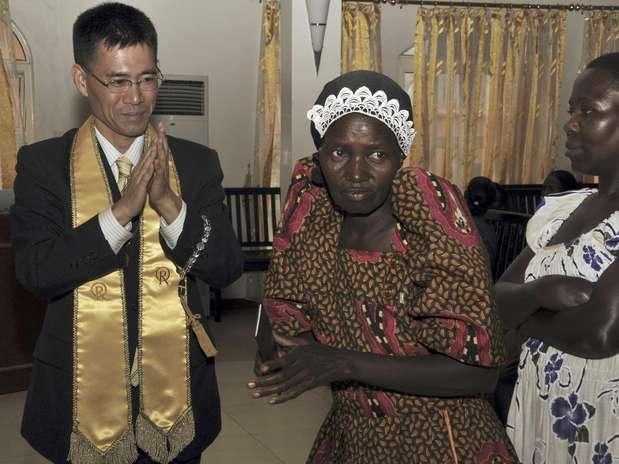 En esta foto del 1 de julio del 2012, el reverendo Tomohiko Nakagawa, de Ciencia Feliz, dirige las oraciones en su iglesia en la capital de Uganda, Kampala. La religión originada en Japón está consiguiendo un buen número de seguidores en Uganda, logrando conversos en una campaña que ha atraído la atención de clérigos cristianos ofendidos por sus creencias.  Foto: Stephen Wandera / AP