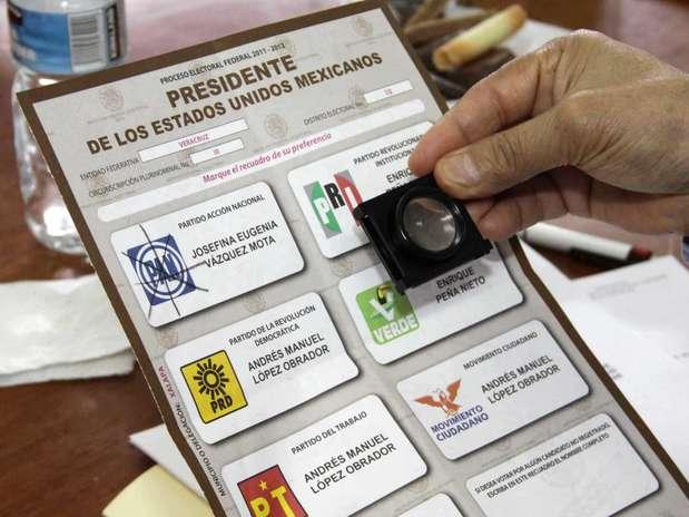 Dos personas que fungirían como representantes de casilla del PRI describieron ante notario algunas de las funciones encomendadas por operadores tricolores, a cambio de las cuales recibieron una tarjeta Monex como compensación por sus servicios en el proceso electoral.