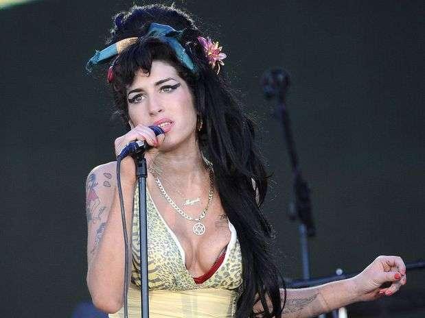 Tras la impactante presentación del holograma del rapero Tupac Shakur en la pasada edición del festival de Coachella, en California, el papá de Amy Winehouse está considerando seguir el mismo ejemplo para revivir a su desaparecida hija en los escenarios. Foto: Getty Images