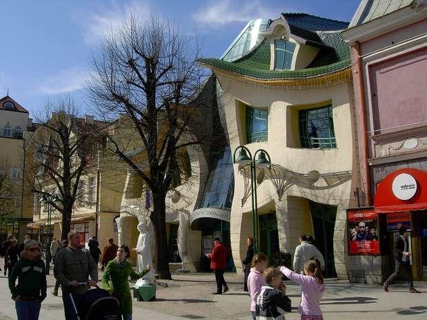 La casa torcida (Krzywy Domek en polaco) es una pieza arquitectónica inusual que se encuentra en la calle Monte Cassino en Sopot, Polonia. Fue construida en 2004 y diseñada por Szotyscy Zaleski.  Las ilustraciones de cuentos de hadas y los dibujos de Jan Marcin Szancer y Per Dahlberg fueron la inspiración del arquitecto polaco. Tiene una superficie de 400 metros cuadrados y alberga restaurantes, cafeterías y tiendas. El efecto mágico que tiene atrae a miles de turistas por año. Foto: web