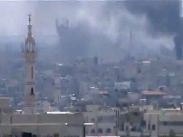 Imagen captada de una grabación de vídeo, distribuída por la agencia Shaam News, en la que se ve una densa humareda en la ciudad de Lafraah, Siria Foto: EFE en español