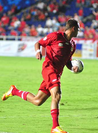 Al minuto 39 Asprilla le cometió falta a Ortiz en el área de Fortaleza, por lo que el árbitro decretó penal. Foto: Terra