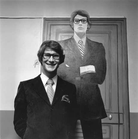 Un 1 de agosto de 1936 nació uno de los diseñadores más emblemáticos del mundo de la moda: Yves Saint Laurent, quien gracias a su talento logró ganarse un lugar en una de las industrias más competitivas. Sus diseños han vestido a primeras damas, celebridades y mujeres poderosas de todo el planeta. Podría decirse que casi no hay mujer en el mundo que no anhele tener una prenda YSL. Por esta razón hemos decidido recopilar algunas de sus frases más importantes. ¡No te las pierdas! Foto: Getty Images