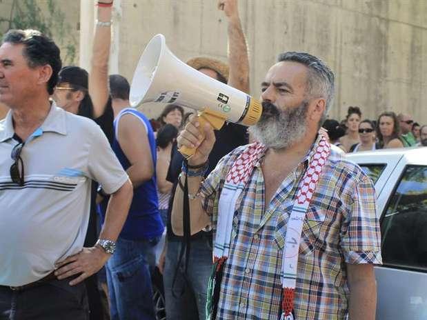 El diputado de IULV-CA y alcalde de Marinaleda (Sevilla), Juan Manuel Sánchez Gordillo (d), en el exterior del establecimiento donde 200 militantes del Sindicato Andaluz de Trabajadores (SAT) han entrado este martes. Foto: EFE en español