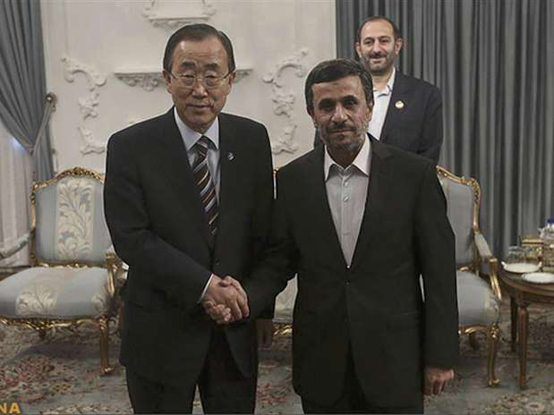 United Nations Secretary-General Ban Ki-moon (L) poses for a photo with Iran's President Mahmoud Ahmadinejad (R) upon his arrival for the 16th summit of the Non-Aligned Movement in Tehran, August 29, 2012.