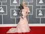 Sasha Gradiva, cantante rusa, en los Grammys del 2012. Una mezcla de un vestido ultra femenino y un accesorio salido de la fantasía de un niño de 12 años. Foto: Getty Images