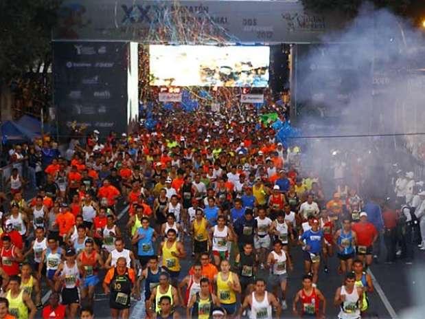 El maratón arrancó en el Zócalo, con una ruta de 40 kilómetros que pasa por Reforma, Polanco, Circuito Interior, Revolución e Insurgentes. Foto: Ricardo Aldayturriaga / Reforma
