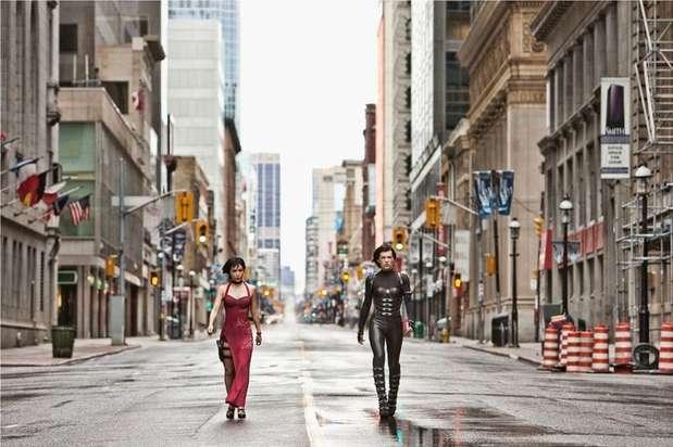 'Resident Evil: Retribution' fue rodada en lugares como Toronto (Canadá), Times Square en Nueva York, Tokio (Japón), y Red Square en Moscú. La mayoría de las calles de Red Square fueron desocupadas para el rodaje. Esa escena se ve en la película cuando Alice conduce una Rolls Royce Phantom mientras es perseguida por los zombis. Foto: Divulgación