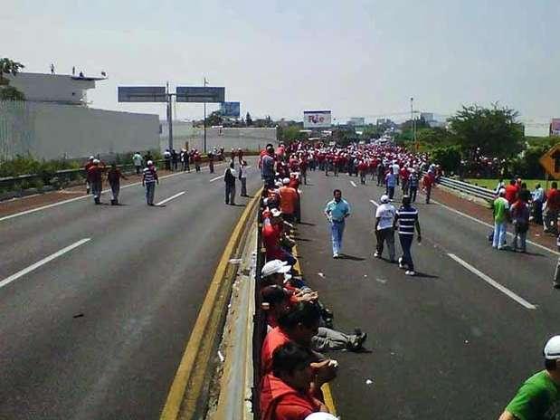 El bloqueo se realiza en ambos sentidos de la autopista. Foto: Héctor Raúl González / Reforma