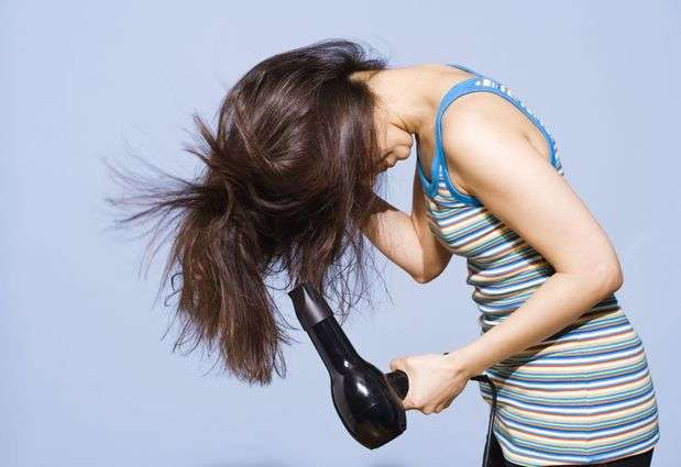 Mientras usas el secador de cabello, puedes hacer sentadillas. Así, eliminas 70 calorías cada cinco minutos. Foto: Getty Images
