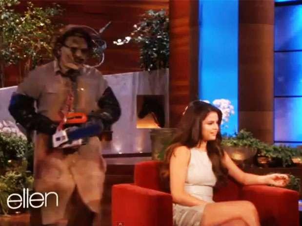 Un hombre disfrazado asustó a Selena Gómez Foto: YouTube