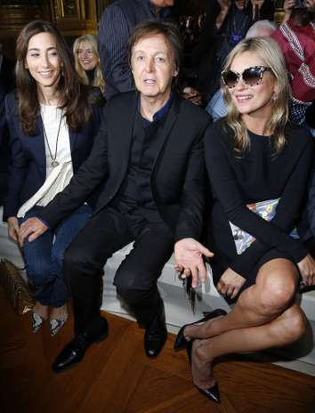 Paul McCartney ha ocupado un lugar de honor en el front row del desfile de su hija, Stella McCArtney, en París. Junto a él, su mujer, Nancy Shevell y la modelo Kate Moss, íntima amiga de la diseñadora, que ha presentado su colección primavera-verano ready to go.  Foto: Gtres