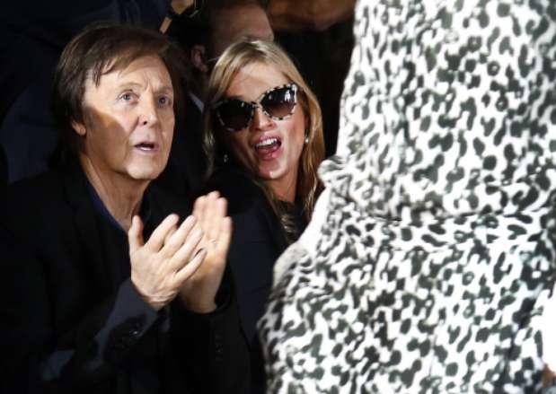 El exBeatle y Moss, entusiasmados en la primera fila del desfile de Stella McCartney, una de las diseñadoras más esperadas de la Semana de la moda de París.  Foto: Gtres