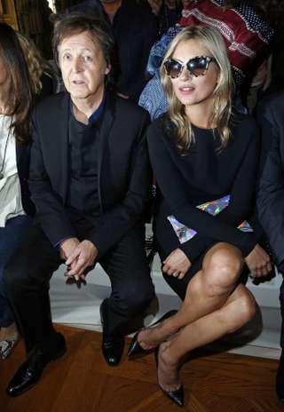 Moss, que no se ha quitado en ningún momento las gafas de sol, se ha sentado junto al padre de la que es una de sus mejores amigas. Ella fue, de hecho, quien le diseñó su vestido de novia.  Foto: Gtres