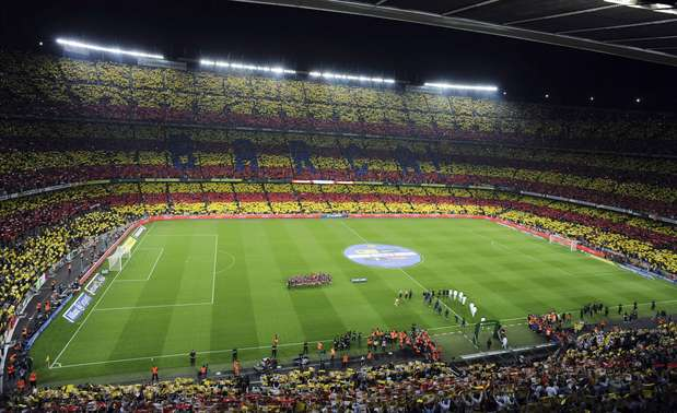 Spectators hold up cards to form a giant Catalonian flag during the Spanish first division soccer match between Barcelona and Real Madrid at Nou Camp stadium in Barcelona, October 7, 2012.     Photo: STRINGER/SPAIN / REUTERS