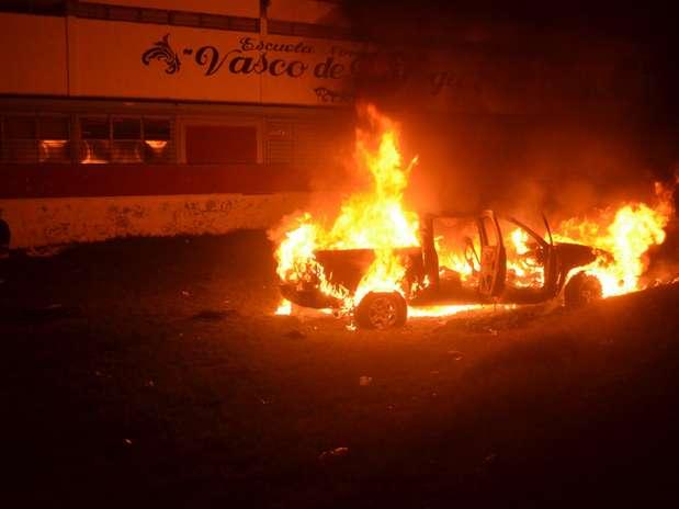 Estudiantes de Michoacán quemaron varios vehículos luego que la Policía Federal recuperó las instalaciones de tres escuelas normalistas Foto: Notimex