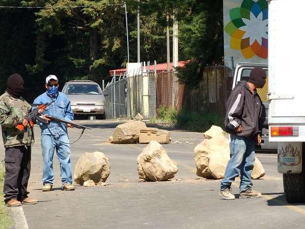 Pobladores de la comunidad de Santa María Urapicho vigilan en uno de los puntos de entrada a esa zona Foto: EFE