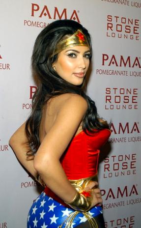 Kim Kardashian sabe como resaltar sus curvas con este disfraz de la mujer maravilla. Foto: Reproducción