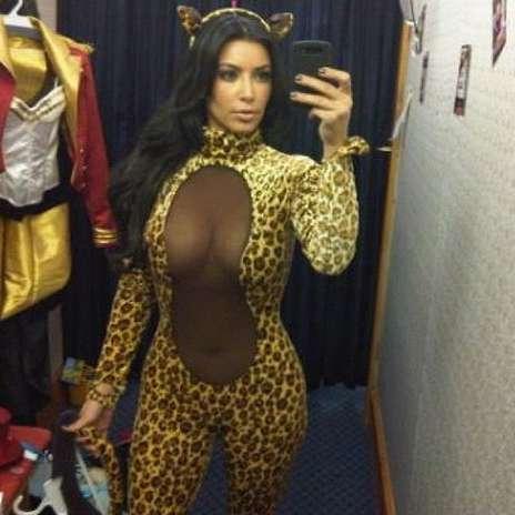 Una vez más Kim Kardashian sorprende con un disfraz felino que dio mucho de qué hablar en Twitter. Foto: Twitter @<a href=