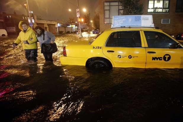 El huracán Sandy, ya convertido en tormenta tropical, ha tocado tierra en Nueva Jersey y ha inundado la ciudad de Nueva York, dejando las calles desiertas y a centenares de miles de ciudadanos sin suministro eléctrico. Foto: Reuters en español