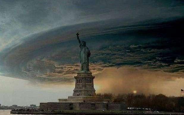 Recientemente el huracán Sandy, que dañó severamente la ciudad de Nueva York y las zonas aledañas, provocó que algunos ociosos retocaran imágenes para hacernos ver que el desastre era más grave de lo que parecía, un indicio del fin del mundo. Aquí una de las fotografías más populares.  Foto: independent.co.uk