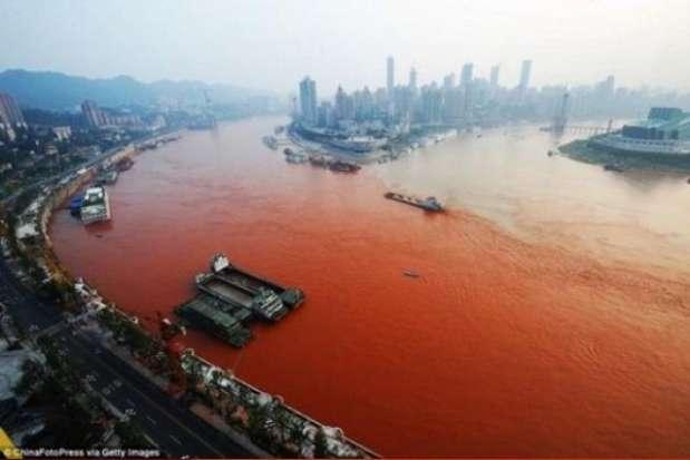 En 2010 el río Yangtze, ubicado en China, se tornó misteriosamente de color rojo. Algunas personas pensaron que se debía a la contaminación, otros a un terremoto y por último, no podían faltar las personas que creyeron que era una señal apocalíptica.  Foto: excelsior.com.mx