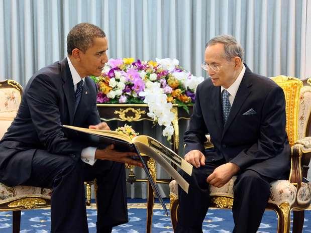 El presidente Barack Obama, a la izquierda, conversa con el rey de Tailandia, Bhumibol Adulyadej, en el hospital Siriraj en Bankok, el domingo 18 de noviembre de 2012. Obama defendió en Bakok el derecho de Israel de defenderse de los ataques con cohetes.  Foto: Oficina de la Casa Real de Tailandia / AP
