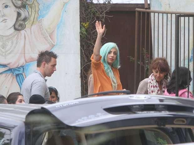 Lady Gaga saluda a la prensa a su entrada al hogar de acogida. Foto: Miguel Bustamante /Terra Perú
