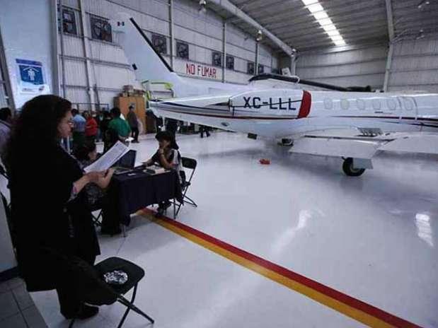 Los pilotos fueron citados en el hangar de la PGR. Foto: Reforma