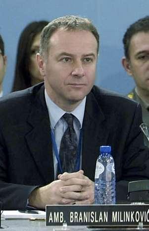 En esta fotografía de archivo del 14 de diciembre de 2006, difundida por la OTAN, Branislav Milinkovic, embajador de Serbia ante la OTAN, participa en una reunión en la sede de la alianza atlántica en Bruselas, Béligca. Milinkovic se suicidó en el aeropuerto de Bruselas el martes 4 de diciembre de 2012.  Foto: NATO, archivo / AP