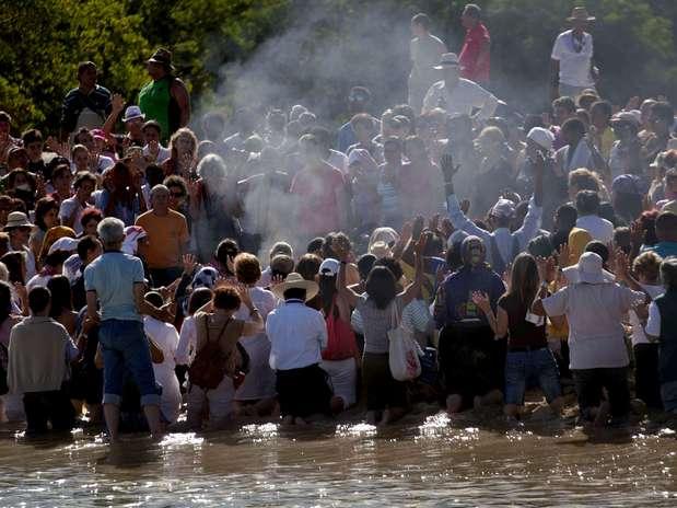 La gente participa de una ceremonia realizada por sabios mayas en Bacuranao, Cuba, jueves 6 de diciembre de 2012.  Foto: AP