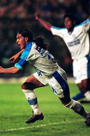 ATRACTIVO NULO. Una de las cosas que han alejado a la afición celeste de su estadio es el pobre espectáculo que han visto en los años recientes, pero sobre todo, los nulos resultados de título que han hecho que su gente se desespere. No se vive una efervescencia por Cruz Azul desde que llegaron a la Final de la Copa Libertadores 2001 que perdieron contra Boca Juniors, cuando todo México estaba al pendiente de su actuación. Foto: Mexsport