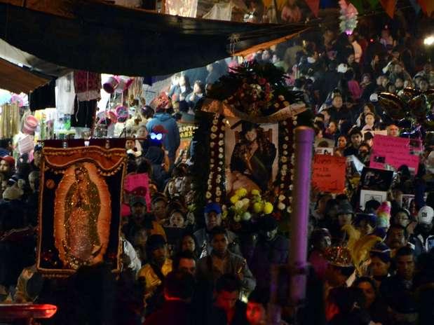 Un grupo de peregrinos guadalupanos dedicó una procesión a la cantante Jenni Rivera el 11 de diciembre de 2012 en Monterrey. Los admiradores de la 'Diva de la Banda' partieron a las 7 de la noche de la Iglesia de San Felipe, en la colonia Nuevo Repueblo, hasta el santuario de la Virgen de Guadalupe, en la colonia Independencia con una imagen de su ídolo tapizada con flores. Foto: Carlos Tamayo / Terra
