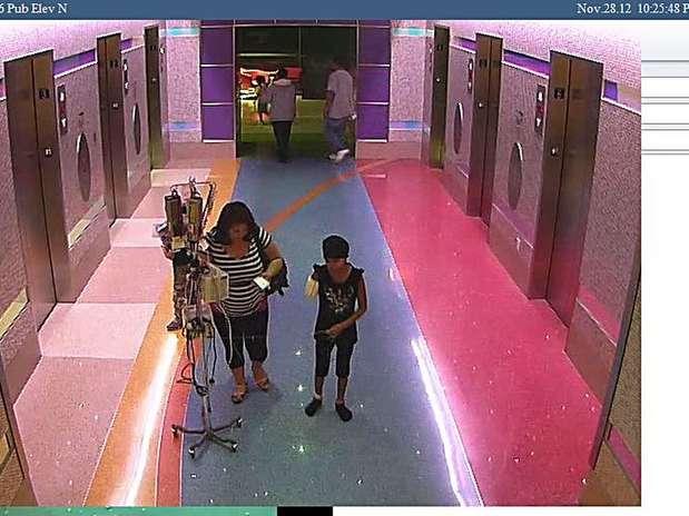 La foto muestra el momento en que la madre de Emily saca a la niña del hospital donde estaba internada, en Phoenix, días pasados. Foto: AP