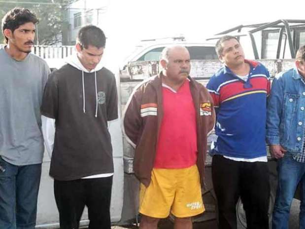 Los cinco hombres fueron detenidos por el delito de robo a propiedad municipal. Foto: Reforma