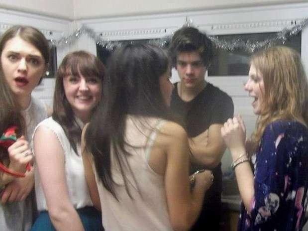 Harry Styles rodeadopor sus admiradoras. Foto: The Mirror