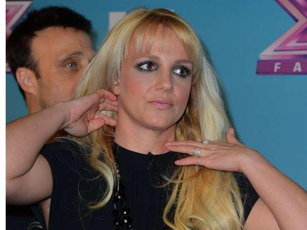 """La cantante Britney Spears ha recuperado su carrera gracias a su paso por el reality show \""""X Factor\"""" donde ha servido como jueza ante miles de concursantes que aspiran tener tanto éxtio como ella. Sin embargo, se nota que a agenda apretada de la cantante la ha dejado exhausta. El 19 de diciembre, durante la primera noche de la temporada final del show Britney lució sonriente pero cansadita en Los Angeles. Foto: Getty Images"""