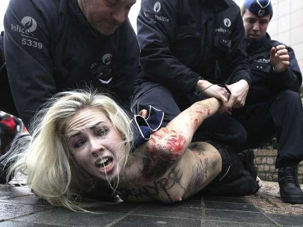 Ls activistas del grupo feminista ucraniano FEMEN fueron reprimidas violentamente y arrestadas por la policía belga cuando se disponían a realizar una protesta frente a la sede del Consejo Europeo durante la Cumbre EU-Rusia celebrada en Bruselas, Bélgica. El presidente ruso, Vladímir Putin, se encuentra en Bruselas para participar en la cumbre.  Foto: EFE en español